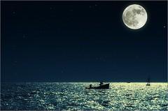 Pescador de Luna | Moon fisherman (marialourenzo) Tags: lúa lua luna moon fullmoon lúachea lunallena mond lune sea mar water boat fisher fisherman night pescador mariñeiro perbes sky