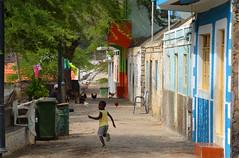 Rue de Cidad Velha Cap vert_5047 (ichauvel) Tags: enfant child kid garçon boy courir runningg jouer playing rue street maisonscolorées colorfulhouses cidadvelha iledesantiago capvert caboverde afrique africa exterieur outside