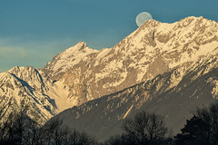 Ende einer Vollmondnacht (Ernst_P.) Tags: aut berg inzing landschaft miemingerkette mond monduntergang österreich tirol sigma 70200mm f28
