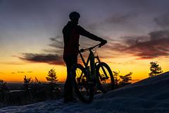 Cyclist at the top Nipanen in Tahko 2 (VisitLakeland) Tags: finland lakeland mtb tahko bike cycling luonto maastopyörä maisema nature outdoor pyörä scenery talvi winter