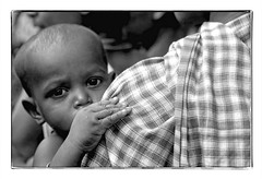 Odisha : little boy (foto_morgana) Tags: analogphotography analogefotografie photographieanalogue asia asie azië blackwhitephotography canoneos1 child childhood enfant enfance eyes face gezicht visage filmnoir head headshot india kodakt400cn koraput monochrome nikoncoolscan odisha on1photoraw2020 portrait portret stare topazdenoiseai travelexperience vuescan zwartwitfotografie