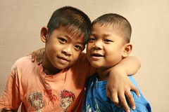 brothers (the foreign photographer - ฝรั่งถ่) Tags: two brothers children kids khlong thanon portraits bangkhen bangkok canon
