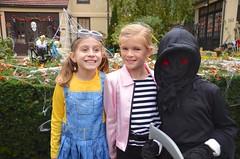 Friends On Halloween (Joe Shlabotnik) Tags: emiliek 2019 everett madeleine halloween october2019 afsdxvrzoomnikkor18105mmf3556ged
