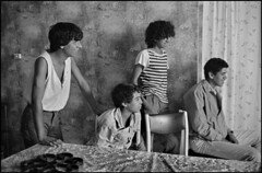 13 MARSEILLE les enfants de l immigration Cité Bassens. La terre rouge en 1984, par Patrick ZACHMANN. (memoire2cite118) Tags: assis chair chaise faces grayscale imagetoosmall intérieur interior maghrébin manallages masculin northafricanarab room seated smile smilingfaces sourire table