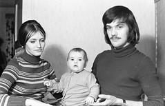 Altes DDR Foto 70er Jahre - Junge Familie (www.nbfotos.de) Tags: familie family vater father mutter mother baby kind kid ddr ostalgie schwarzweiss bw blackandwhite