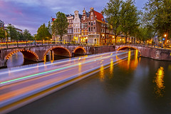 Sfrecciando nel canale / Rushing in the canal (Amsterdam, The Netherlands) (AndreaPucci) Tags: amsterdam netherlands canal longexposure night bridge andreapucci
