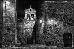 Plaza de San Mateo-Cáceres (alanchanflor) Tags: canon exterior bn bw monocromo calle arquitectura iglesia convento plaza hdr piedras muros campanario espadaña campanas noche puerta arco cruz escalón tejado luces farolas oscuridad soledad edadmedia
