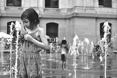 Refreshing (Anselmo Portes) Tags: unitedstates unitedstatesofamerica estadosunidos usa eua blackandwhite pretoebranco bw pb kids children fountain water água crianças dilworthpark philadelphia philly