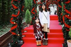 SAKURAKO and SAKIKO - Christmas Archway. (MIKI Yoshihito. (#mikiyoshihito)) Tags: 2019 japan hokkaido sapporo christmas archway christmasarchway クリスマス sapporofactory サッポロファクトリー sakiko 咲子 さきこ サキコ daughter 次女 3歳11ヶ月 secondeldestsister sakurako 櫻子 さくらこ 娘 サクラコ 長女 11歳2ヶ月 eldestdaughter