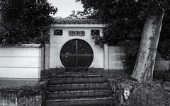 Circular doorway (Tim Ravenscroft) Tags: door doorway circular round chinese manpukuji uji japan temple monochrome blackandwhite blackwhite hasselblad hasselbladx1d