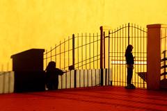Laggiù c'è il mare (meghimeg) Tags: 2019 genova bimba girl pattini roller cancello gate piastrelle tiles rosso red giallo yellow ombra shadow sole sun