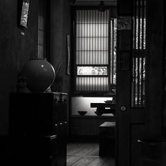 Ambiance zen (objet introuvable) Tags: blackandwhite bnw noiretblanc nb japon tokyo zen ombre lumière light shadow mood contraste contrast