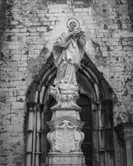 At Carmo Convent (B&W) (lebre.jaime) Tags: portugal lisbon carmoconvent analog film120 mediumformat mf bw blackwhite noiretblanc nb pretobranco pb ptbw agfa superisolette solinar3575 ilford fp4 iso125 epson v600 affinity affinityphoto church convent statue architecture