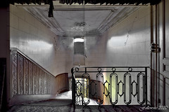 La meurtrière de l'escalier. (Fallowsite) Tags: château oldplace ancien abandonned decay d610 desaffecté lieuxoubliés urbex urbanexploration explorationurbaine friche forgottenplace nikon hdr decayed decrépitude bâtiment architecture abandonné cheminée boiseries intérieur fresques peinture