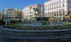 Puerta del Sol. Madrid. (blanferblanc) Tags: fuente monumento carlosiii puertadelsol edificios plaza madrid españa valcones ventanas agua estatuaecuestre