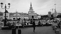 Entre deux gares, le matin à Moscou (8pl) Tags: moscou gare centre place gens passants matin été scène rue bagages garedekazan bâtiment architecture animation muret vie russie 2018 lampadaires