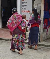 "MEXICO, Maya-Traditionelles in Zinacantán, Tzotzil-Frauen  , 19443/12267 (roba66) Tags: religion reisen travel explore voyages rundreise visit tourism roba66 mexiko mexico mécico méjico nordamerika northamerica zentralamerika yukatanhalbinsel 2017 chiapas zinacantán tzotzilmaya tradition urlaub geschichte frauen menschen leute maya woman women cityscape urban ""street capture"" strasenszene dorf people indigen brauchtum"