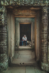 The tired photographer - Angkor Wat, Cambodia (pas le matin) Tags: travel voyage world man homme candid street rue asia asie southeastasia angkor wat angkorwat vat angkorvat siemreap ancient stone antique architecture cambodge cambodia canon 7d canon7d canoneos7d eos7d photographer perspective