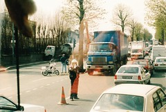 Hino HE + Volvo F88 Choisy-le-Roi (94 Val de Marne) 21-05-1988a (mugicalin) Tags: coisyleroi 94 valdemarne truck oldtruck bluetruck camionbleu accident volvo volvotruck camionvolvo swedishtruck policier policeman mobylette années80 1988 japanesetruck camionjaponais lkw 10fav 20fav