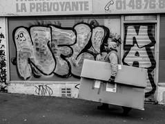 2020-01-14 - Mardi - 14/366 - Casas de Carton - (Roberto Sanchez) (Robert - Photo du jour) Tags: 2020 janvier france homme nb noiretblanc casasdecarton robertosanchez carton fontenaysousbois tag laprévoyante magasin devanture