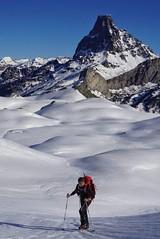 El hombre y la montaña (jaecheve) Tags: mididossau pyrenees pirineos pirineo francia france montaña montañismo montañero invierno nieve snow