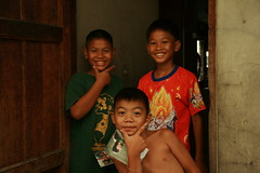 big smiles from a doorway (the foreign photographer - ฝรั่งถ่) Tags: three boys doorway khlong thanon portraits bangkhen bangkok thailand canon