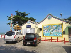 Guan Yin Shrine, Hua Hin (Stewie1980) Tags: ocean sea cars thailand temple shrine gulf chinese yin huahin guan หัวหิน ประเทศไทย tim tub mae jao