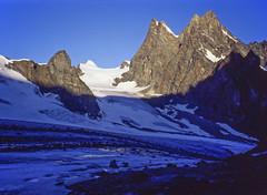 La Haute Route des Alpes (août 1994): matin sur l'Haut Glacier d'Arolla (giorgiorodano46) Tags: agosto1994 august 1994 giorgiorodano alpi alps alpes alpen alpesvalaisannes alpipennine alpinismo alpinism hauteroute altavia fotoanalogica