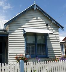 Blue trims ** Explored ** (boeckli) Tags: fence portfairy windows 019746 rx100m6 victoria australia zaun fenster windowwednesdays window blue outdoor outside himmel sky gebäude building buildingstructure architecture architektur