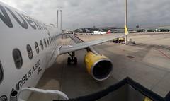 Marxem de vacances !!! (montse & ferran travelers) Tags: vueling avió plane avión aeroport aeropuerto airplane