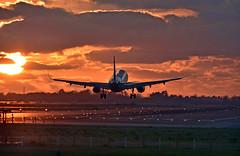 Barcelona-El Prat. LEBL (Josep Ollé) Tags: airbus a320 atardecer capvespre sunset contrallum contraluz backlight aproximación approach aterrizaje landing