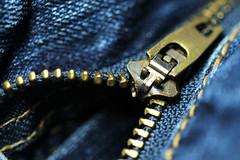 Zipper (Elbmaedchen) Tags: reisverschlus zipper jeans noykk open offen geöffnet blau blue metall krampen detail makro nahaufnahme naht