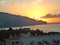 Portugal, l'île de Madère, le lever de Soleil près de Funchal (Roger-11-Narbonne) Tags: maison île portugal madère océan volcan ville funchal eglise lever soleil mer