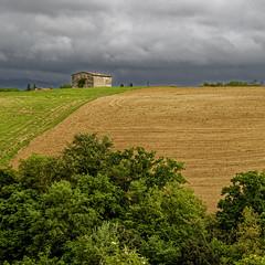 Paysage toscan (Lucille-bs) Tags: europe italie toscane colledivaldelsa paysage nature maison champ cielnoir lumière