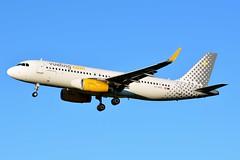 EC-MQE Airbus A320-232 Vueling (BRU/EBBR) (geoffrey.zdcki) Tags: bru brussels belgium brusselsairport bruxelles belgique spotting spotter nikon aviation avion landing ebbr airbus a320 a320232 vueling vy vlg ecmqe