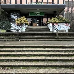 mondän / Herzbergstraße / Lichtenberg (DANNY-MD) Tags: eingang treppe stufen neueröffnung berlin beleuchtung