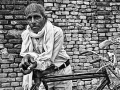 Inde - Vélo-taxi à Khajuraho. (Gilles Daligand) Tags: inde khajuraho velotaxi homme noiretblanc bw monochrome
