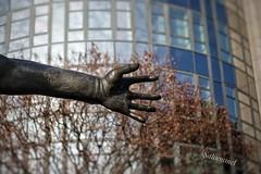Detail der Skulptur 'Wir sind das Volk' (Sockenhummel) Tags: skulptur berlin spreebogen moabit sculpture mauer freiheit rolfbibel sony rx100m4 häuser gebäude figur bronze freedom mensch mann sprung hand