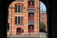 Hamburg, Speicherstadt (blauepics) Tags: deutschland germany hamburg stadtstaat stadt city northern norddeutschland buildings gebäude architecture architektur houses häuser colours farben facade fassade speicherstadt unesco weltkulturerbe world heritage site windows fenster frame rahmen door gate tür tor