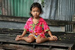 opposite of the lotus position (the foreign photographer - ฝรั่งถ่) Tags: girl child khlong thanon portraits sitting bangkhen bangkok thailand canon