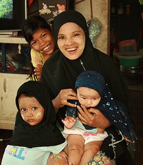 a muslim mother with children (the foreign photographer - ฝรั่งถ่) Tags: muslim mother children three khlong thanon portraits bangkhen bangkok thailand canon