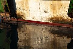Reflejos 3 - Kratzer und Schrammen (ramonarichter) Tags: puerto boot agua wasser barco reflejo hafen fischerboot motril barcodepesca fischereihafen nikond750 port ship
