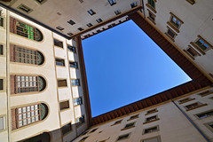 Florence courtyard (Thomas Roland) Tags: museum gård courtyard up sky himmel blue vindue window building unesco world heritage site europe europa italy italia italien sommer summer nikon d7000 travel rejse toscana tuscany by stadt town city firenze florence