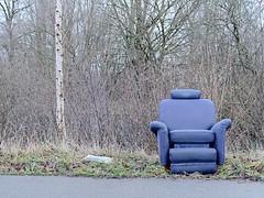Oberneuland 101C269684 (Torben*) Tags: rawtherapee em10 olympusimagingcorp olympusm25mmf18 bremen sessel birke birchtree strasenrand roadside blau blue armchair