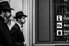 Chapeaux. (LACPIXEL) Tags: homme man hombre rue street calle sony chapeau hat sombrero marcher andar walk people gens gente personnes noiretblanc blancoynegro blackandwhite flickr lacpixel