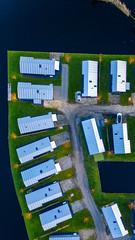 Hochformat: Drohnenaufnahme von Ferienhausanlage am Wasser in Akmarijp, Niederlande
