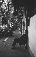 Street Naps (Taomeister) Tags: neopan400 rollei35s sonnart40mmf28 china