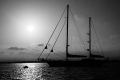 Der Sonne entgegen (uwe20) Tags: italien sizilien syracuse schiff schwarzweis bw meer wasser