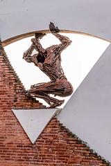 En se promenant à Montauban (balese13) Tags: 16300 d5500 montauban nikonpassion tamronaf16300mmf3563dillvcpzdmacrob016 tarnetgaronne yourbestoftoday balese brique fer nikon nikonistes pixelistes red rouge rouille rusty sculpture tamron triangle 250v10f 500v20f 1000v40f 1500f60f