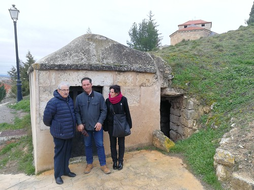 "Visita de la Junta Directiva de Hispania Nostra a las bodegas de Moradillo de Roa • <a style=""font-size:0.8em;"" href=""http://www.flickr.com/photos/141347218@N03/49394509777/"" target=""_blank"">View on Flickr</a>"